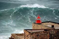 NAZARÉ FAROLO / 8344NAZ (Rafael González de Riancho (Lunada) / Rafa Rianch) Tags: surf waves surfing olas sport deportes sea mer mar nazaré vagues ondas portugal playa beach 海の沿岸をサーフィンスポーツ 自然 海 ポルトガル heʻe nalu palena moana haʻuki kai olahraga laut pantai alam faro farolo lighthouse