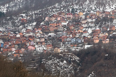 Casas nas encostas dos Balcãs (Mundo por Terra) Tags: copyright©2017bymundoporterraallrightsreserved latitude70º macedônia mundoporterra worldbyland expedicaomundoporterracombr wwwmundoporterracombr