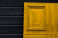 Porte jaune (Meculda) Tags: jaune yellow porte minimalisme paris nikon d7200 35mm nikkor gris bois
