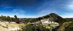 A vista do Chalé, Serra Negra (Luiz Leite7) Tags: brilho luz vermelho azul branco mato plantas galhos grama verde folhas céu montanha serra campo terra horizonte dia sãopaulo brasil