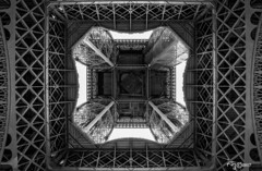 Otra manera de ver la Torre Eiffel. Another way to see the Eiffel Tower (Capuchinox) Tags: torre tower eiffel paris monocromatico monocromatic monumento monument blancoynegro bw perspective perspectiva