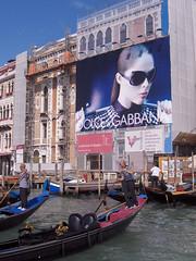 Venice is watching you (fjthijsebaard) Tags: zonnebril sunglasses italie italy sanmarco grandcanal gebouw water rondvaart gondelier dolcegabbana gondel venetie venice