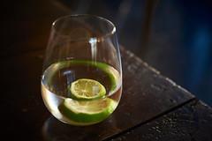 (Hervé KERNEIS) Tags: restaurant maillane d700 nikkor50mmf14d lecafédusoleil dîner soir france 13 apn verre citron rondelle eau bouchesdurhône lemon glass slice green vert lime water