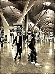 Trabajo o placer (mariadoloresacero) Tags: persons personnes aeroport personas aeropuerto