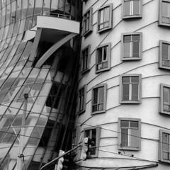 Choc architectural (objet introuvable) Tags: blackandwhite bw nb noiretblanc ville street rue reflets reflects window fenêtre panasonic prague praha town monochrome modernité dancing house