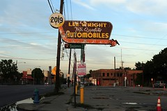 """Lee Wright """"Top Quality"""" Automobiles (Rob Sneed) Tags: usa texas houston leewrighttopqualityautomobiles leewrightautomobiles cardealership washingtonavenue vintage neon usedcars dealership independent arrow americana advertising texana puddles dusk"""