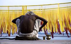 Me tomo 5 minutos, me tomo un chai (Sebas Fonseca) Tags: varanasi benares india sadu yellow travel colors sony