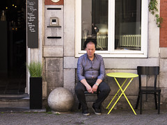 abhängen (tan.ja1212) Tags: street mann bauchnabel offen hemd zigarette pause stuhl tisch kneipe restaurant café