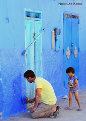 Father and son painting their home (Chefchaouen) (Nicolay Abril) Tags: شفشاو الشاون تطوان المغرب أفريقيا العربي chauen xauen chefchauen tangiertetouan tétouan tangertetouan tangertetuan tetuán tetuanprovince marruecos marocco morocco maroc marokko maghreb magreb africa afrika afrique chefchaouen chaouen xaouen