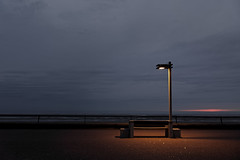 Bench with a view (Guillaume DELEBARRE (Guigui-Lille)) Tags: light bench banc letouquet digue frontdemer sky evening soirée crépuscule night sunrise coucherdesoleil canon 6d tamron2470f28 ambiance mood atmosphere calme quiet stilllife lampadaire réverbère halo france pasdecalais nord sea