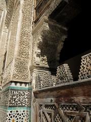 Stucs, zelliges et cèdre,médersa Bou Inania (XIVe siècle), Talaa Kbira, médina de Fès el Bali, Fès, Maroc. (byb64) Tags: fès fez فاس ⴼⴰⵙ fas fèsmeknès maroc morocco marruecos المغرب ⵍⵎⵖⵔⵉⴱ royaumedumaroc marokko marocco médina medina vieilleville oldtown cascohistorico altstadt fèselbali unesco unescoworldheritagesite toits techos ville city citta ciudad town stadt talaakbira médersa madrassa xive 14th moyenage medioevo middleages edadmedia école université mérinides bouinania stuc calligraphie zellige tesselles cèdre marbre artislamique islam afriquedunord northafrica islamicart