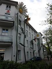 2011/12 Berlin Riesenblumen von Sergej Alexander Dott Stahl/GFK Martin-Hoffmann-Straße/Elsenstraße 1 in 12435 Treptow (Bergfels) Tags: skulpturenführer bergfels 201112 2011 2010er 21jh nach1989 berlin riesenblumen sergejalexanderdott sadott dott maikewinter mwinter winter stahl gfk schenkung martinhoffmannstrase elsenstrase 12435 treptow skulptur plastik beschriftet guessedberlin gwbandtor