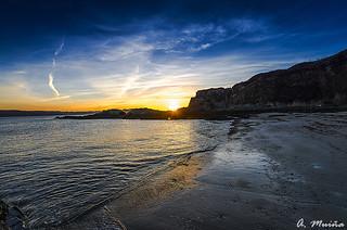 The last rays of sun on the beach. Los últimos rayos de sol sobre la playa