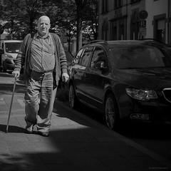 Ludwigshafen Street Mann mit Stock b&w (rainerneumann831) Tags: mann ludwigshafen bw street streetscene stock hemshof blackwhite ©rainerneumann fusgänger 1x1 quadratisch