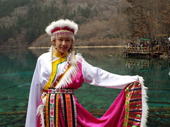 The Bai People (Romane Licour) Tags: jiuzhaigou nationalpark bai baipeople ethnicminority traditionalwearing clothes pink white sichuan china