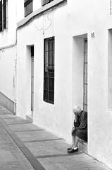 Waiting…. (Carlos Arriero) Tags: waiting viendolavidapasar… esperando córdoba blackandwhite blancoynegro bw monochrome noiretblanc street urban calle urbana carlosarriero nikon d800e tamron 2470mm 2470f28 composición composition f28 andalucía españa spain gente people personas europa europe