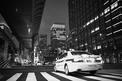 Ridge Racer (Eddie HBH) Tags: leica monochrom typ246 summilux 35mm shiromiphoto tokyo japan marunouchi black white streetphotography cars race architecture