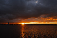 Genau an der richtigen Stelle (Lilongwe2007) Tags: hamburg deutschland ausenalster sonnenuntergang wasser spiegelung wolken landschaft natur himmel