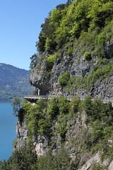 Traumstrasse Schweiz : Hauptstrasse I.nterlaken - T.hun in der Felswand - Felsen über dem rechten Thunersee - Ufer zwischen Sundlauenen und Beatenbucht in den Berner Alpen - Alps im Berner Oberland im Kanton Bern der Schweiz (chrchr_75) Tags: hurni christoph chrchr chrchr75 chrigu chriguhurni mai 2017 kanton bern kantonbern schweiz suisse switzerland svizzera suissa swiss berner oberland hurni170510 albumregionthunhochformat thunhochformat hochformat susisa berneroberland thunersee alpensee see lake lac sø järvi lago 湖 albumthunersee