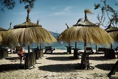 A descansar (candi...) Tags: playa sombrillas arena agua airelibre cielo nubes niño personas sonya77 naturaleza