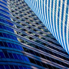 Laminoir / Rolling mill (fidgi) Tags: paris ladéfense tour tower torre reflet reflection bleu blue architecture square carré canon canoneos5dmk3 tamron tourt1 lignes lines curves courbes abstrait abstract geometric