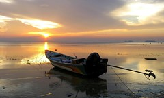 Sunset Koh Phangan (daaynos) Tags: kohphangan thailand sunset horizon boat sky reflections silhouette water sea beach 2010