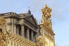 IMG_2792 (valentinperrier) Tags: chateaudeversailles versailles chateau portail colonne or couronne