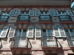 Saint-Jean-Pied-de-Port, Pyrénées Atlantiques (Marie-Hélène Cingal) Tags: saintjeanpieddeport pyrénéesatlantiques 64 aquitaine nouvelleaquitaine bassenavarre france sudouest balcons balconies fer iron