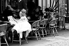 Une femme et son chignon (Paolo Pizzimenti) Tags: femme chignon journal lire café métro ligne1 naples élégance art france italie paris paolo olympus zuiko penf 12mm f2 f18 argentique doinseau film pellicule m43 mirrorless 45mm