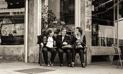 city whispering (thomaslahn) Tags: fujifilmxt2 fujifilmx fujifilm holiday world bank talk people street woman city