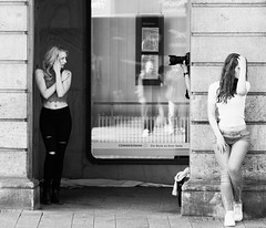'Who shoots me now?' (Thomas Listl) Tags: thomaslistl blackandwhite noiretblanc biancoenegro street posing photographer models strange