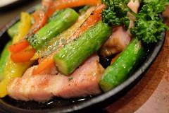 夕採れアスパラとベーコンの鉄板グリル (HAMACHI!) Tags: kaihinmakuhari 2017 chiba japan food foodie macro fujifilm fujifilmx fujifilmx70 asparagus bacon grill