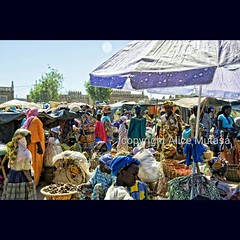 HAPPY INTERNATIONAL WORKERS' DAY / BON FÊTE DE TRAVAIL ! Here are some of the hard working women of Djenné, Mali, at the weekly Monday market in front of the Great Mosque / Voici les travailleuses de Djenné au marché hebdomadaire devant la Grande Mosquée. (Alice Mutasa at PlacesandSeasons) Tags: instagramapp iphoneography uploaded:by=instagram mali africa africans africanpeople africanmarket marketplace market djenné djenne travel travelphotography westafrica women africantown travelling travelafrica