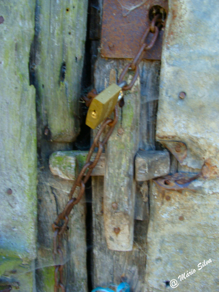Águas Frias (Chaves) - ... o velho fecho e o aloquete ...
