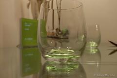 Es grünt so Grün auf dem Tisch (Sockenhummel) Tags: fuji x30 fujifilm finepix fujix30 glas gläser grün spiegelung reflection reflektion tisch