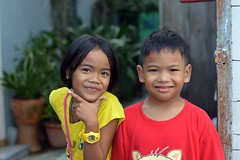 brother and sister (the foreign photographer - ฝรั่งถ่) Tags: dec52015nikon brother sister children khlong lat phrao portraits bangkhen bangkok thailand nikon d3200