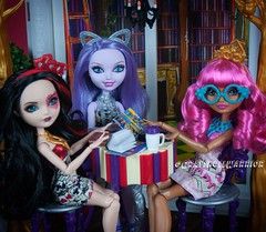 #everafterhigh #bookparty #gingerbreadhouse #lizziehearts #kittycheshire (GrayskullWarriorToys) Tags: everafterhigh bookparty gingerbreadhouse lizziehearts kittycheshire