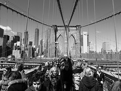 NYC Symbol - Brooklyn Bridge (52er Bild) Tags: nyc brooklyn bridge brooklynbridge manhattan newyork hängebrücke monochrom bw people leute menschen one world trade center oneworldtradecenter street urban group crowded gruppe