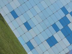 Blue-Green (Ed Sax) Tags: blau grün rasen gras fassade edsax glas staatsarchiv freeandhansatownofhamburg freieundhansestadthamburg diagonal linie kattunbleiche architektur overtheexcellence