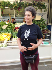 Anna con la mia t-shirt (dindolina) Tags: mercato testaccio roma rome italia italy grembiule apron screenprint serigrafia dindolina lindavignato bee ape