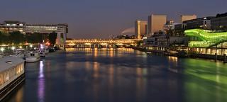 à gauche Ministère de l'Economie des Finances et de l'industrie au centre pont de Bercy à droite Bibliothèque nationale