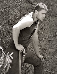 jardinier au labeur... Reynald ARTAUD DIZARD (Reynald ARTAUD) Tags: 2017 mai pays basque bayonne jardinier labeur reynald artaud dizard