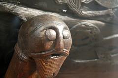 face (overthemoon) Tags: norway norvège norwegen oslo bygdøy vikingmuseum vikingshipmuseum vikinngskipshuset chariot carving wood woodcarving face