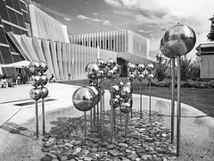 Anton Bruckner Uni (schasa68) Tags: austria upperaustria oberösterreich linz university universität musik privatuni antonbruckner schwarzweis sw blackwhite bw bauwerke brunnen building architecture architektur gebäude haus house musikhaus park