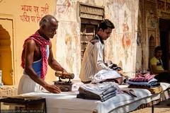 Mandāwa - Ironing (Robert GLOD (Bob)) Tags: group groups streetphotography bai rajasthan inde ind mandawa