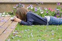 Desde chiquititos... (inma F) Tags: child girl childhood flower park jardin niña fotografo photographer garden cool flores violeta violet