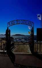 PLAGE DES CATALANS (zuhmha) Tags: totalphoto marseille plage beach ciel sky blue bleu catalans eau water sea mer sand sable urban urbain grille fence fer forgé vent wind drapeau flag