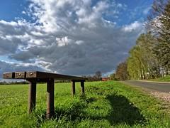 Meine kleine Pausenbank mit Weitwinkel. (Wallus2010) Tags: wolke frühling aprilwetter schauer regen nikon weitwinkel 24mm
