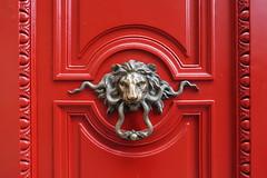 Door knock @ HQ of Banque Palatine @ Paris (*_*) Tags: paris france europe city april saturday 2017 spring printemps banquepalatine bank doorhandle lion red