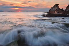 Catching the wave (Hector Prada) Tags: atardecer costa mar ola movimiento puestadesol agua rocas paisaje playa sunset coast sea wave motion water rocks seascape paisvasco basquecountry
